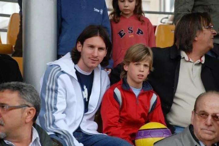 奥尔莫谈儿时和梅西合影:当时我不是很情愿,因为我只想踢球